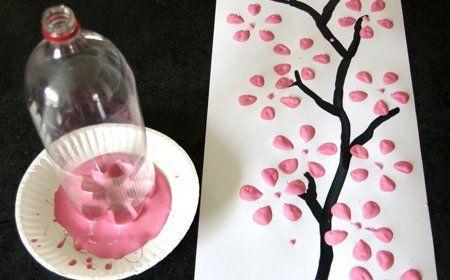 Zona de manualidades c mo pintar flores con botella de - Pintar botellas de plastico ...