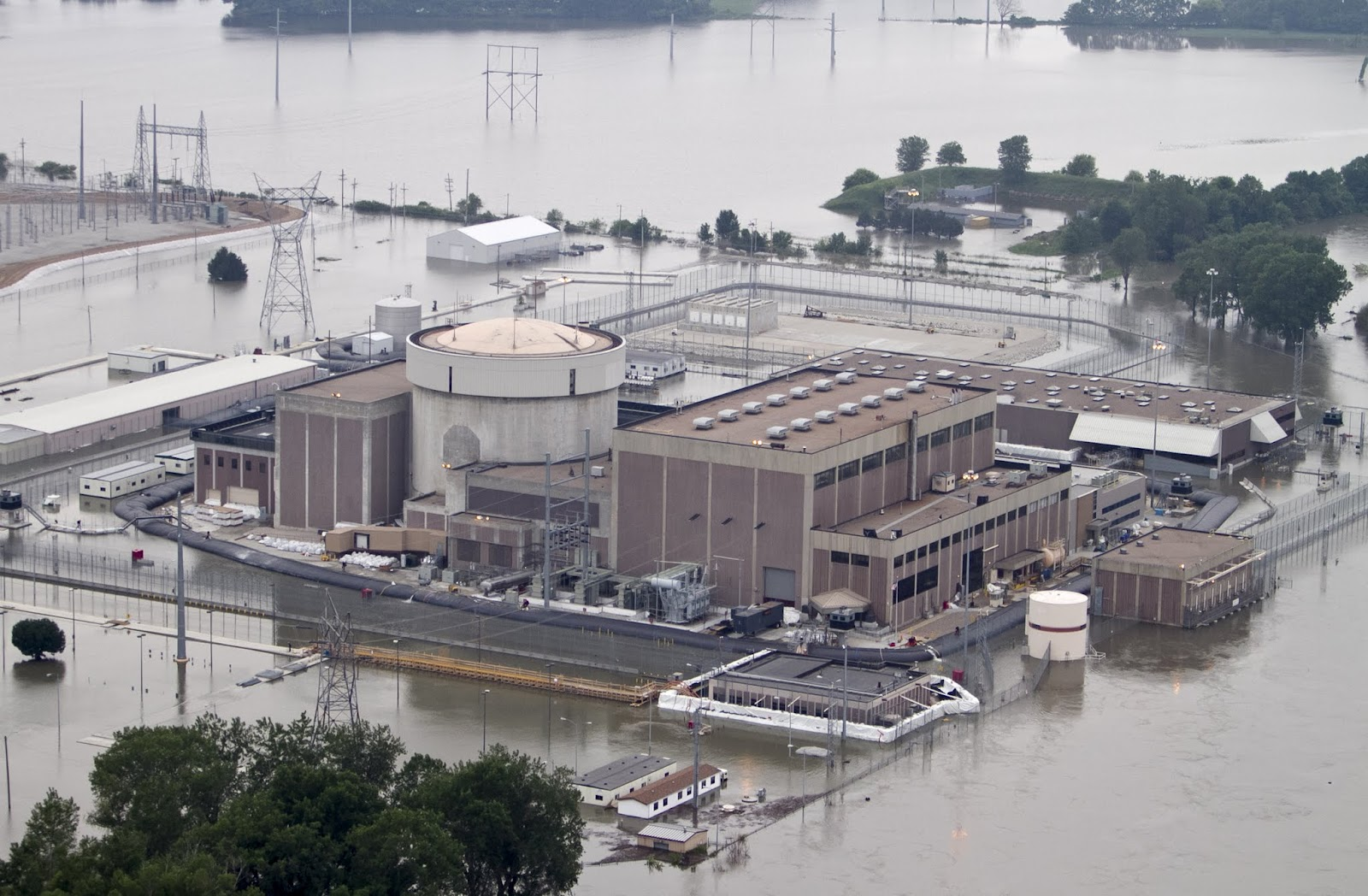 Parts of Nebraska Nuclear Facility Already Under 2 Feet of Water ... But   So Far   Emergency Flood Walls Are Protecting Electrical Equipment    fort+calhoun+hi+res+june+14th+2011+photo+AP+Nati+Harnik
