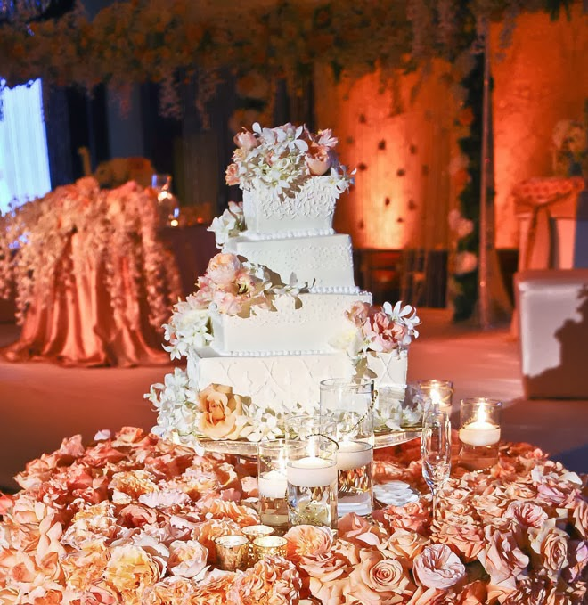 Images Of Cake Tables For A Wedding : Fabulous Wedding Cake Table Ideas Using Flowers - Belle ...