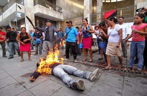 Se prende fuego frente al Congreso de Chiapas