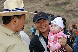 Funny picture: Chinese man with food and jealous baby 3