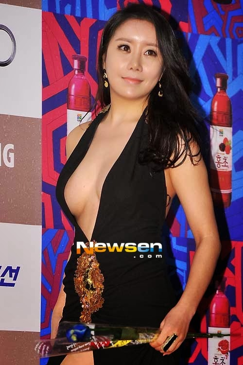 Actress Ha Na Kyung (하 나 경, 河娜京) at the 33rd Blue Dragon Film Awards on 30 Nov 2012<br>Actress Ha Na Kyung apologizes for her recent wardrobe malfunction.
