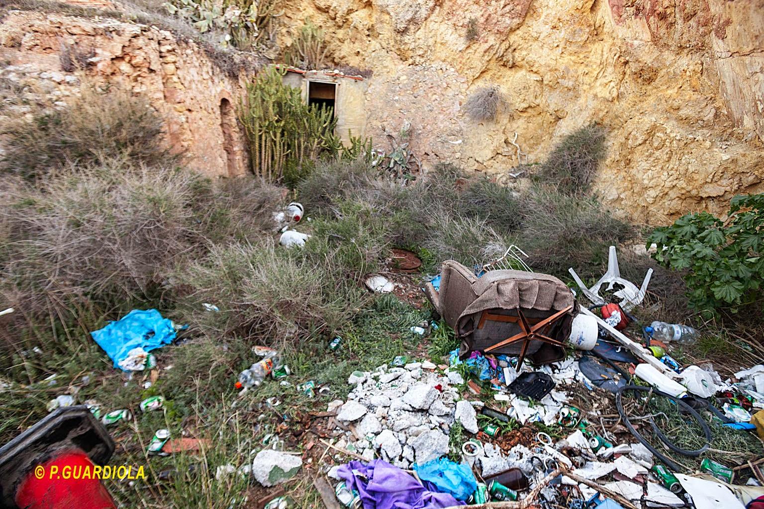 Entre basuras y escombros