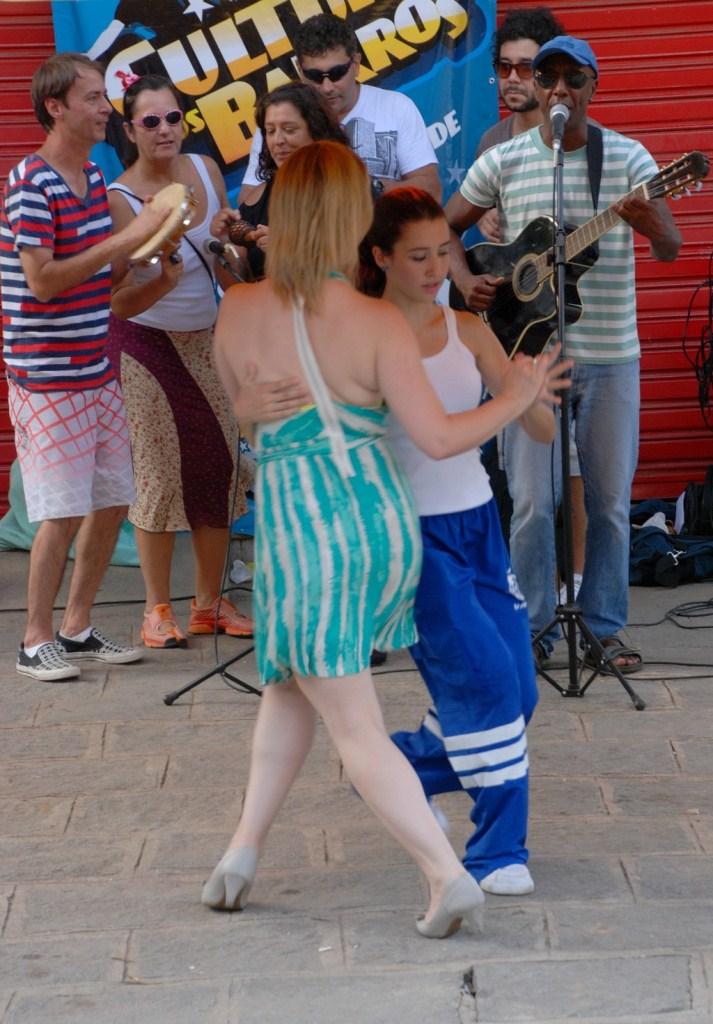 Público dança ao som do forró