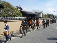 朝の俄雪の何処へやら行列は上賀茂神社へとつづいた。