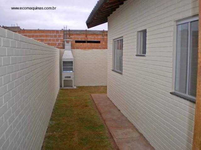 Casa económica terminada construida con bloques de tierra comprimida en Brasil