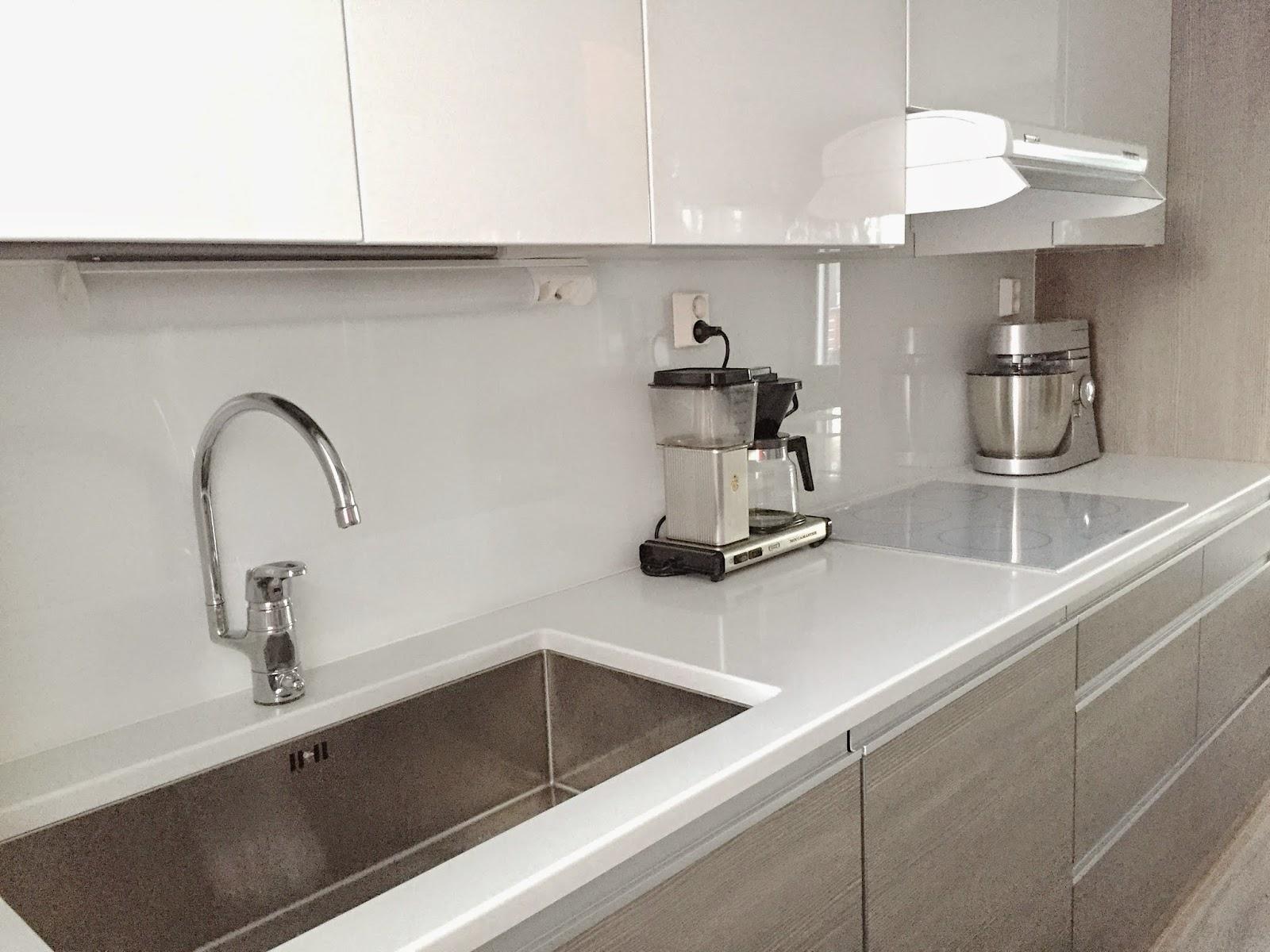 Valkoinen keittiö luonnon sävyillä  SOMETHING SMALL