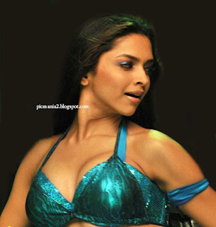 deepika padukone bollywood actress showing Cleavage through bikini