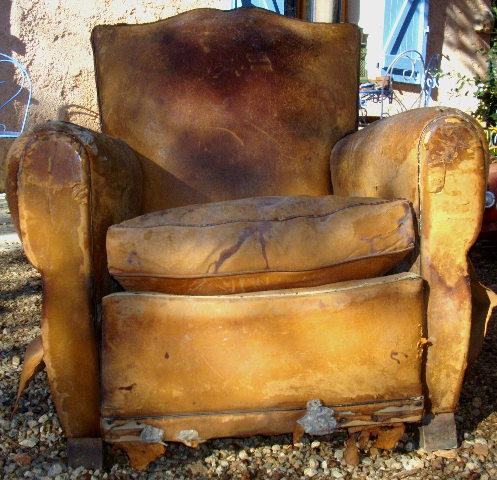 ancien fauteuil club 1 chapeau de gendarme a restaurer dans jus sorti du grenier au fil du