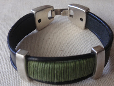 Pulsera chico de cuero negro con adorno de hilo verde