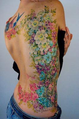 Tatuaje de flores coloridas en la espalda