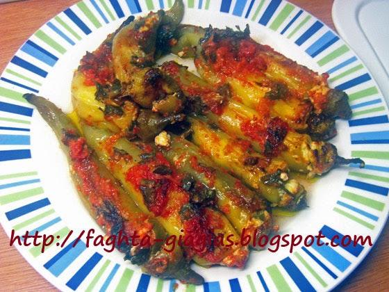 Πιπεριές γεμιστές με φέτα, σε σάλτσα ντομάτας - Τα φαγητά της γιαγιάς