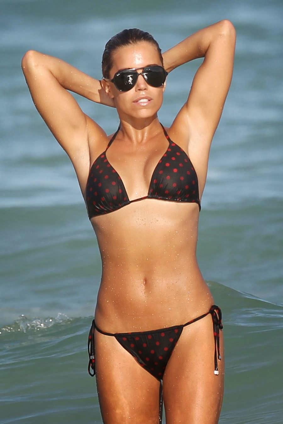 عارضة الأزياء الهولندية سيلفي ميس بالبكيني على شاطئ ميامي