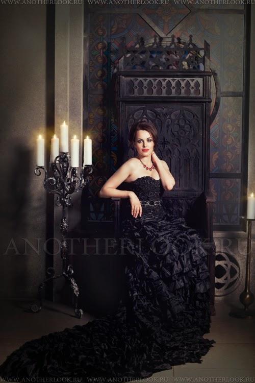 студия, свечи и черное платье