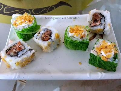 Kyuden Sushi: Acelgamaki e Uramaki de Salmão