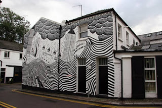 Casa com arte nas paredes imitando um dilúvio em preto e branco