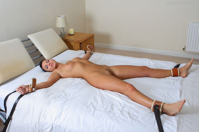 Nackt ans bett gefesselt