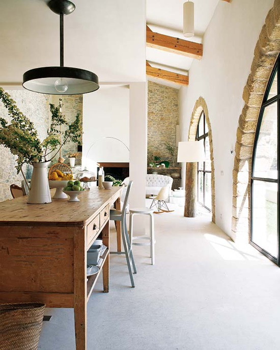 Modern country kitchen in the french south, with amazing arched windows and a rustic statement island. Via Nuevo Estilo and chic deco.
