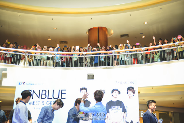 CNBLUE never forget waving to the fans behind them * nice one*