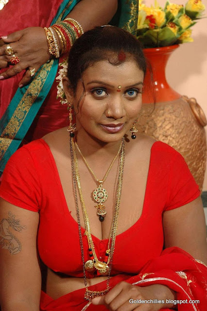 Desi aunty navel show hot photos
