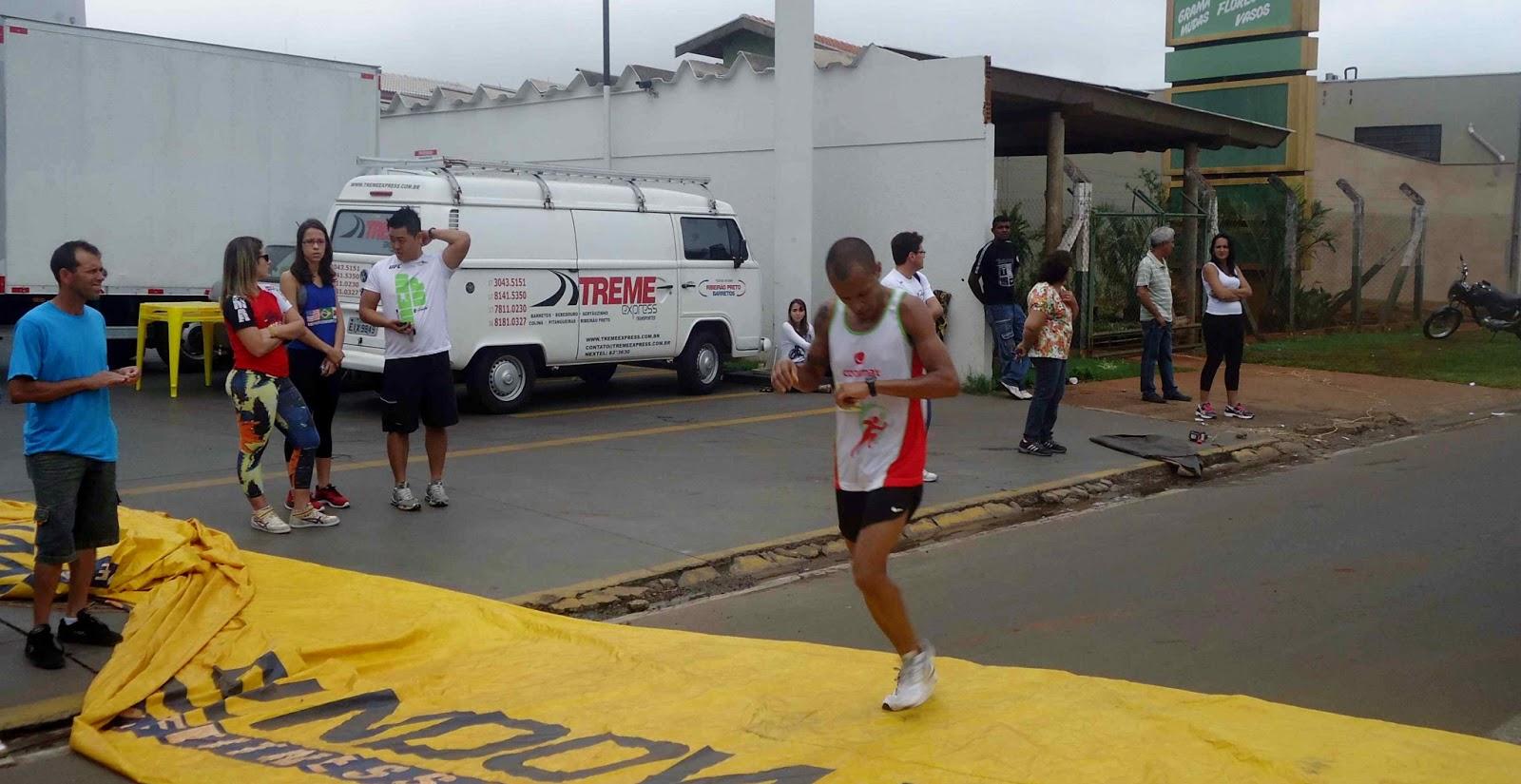 Foto 52 da 1ª Corrida Av. dos Coqueiros em Barretos-SP 14/04/2013 – Atletas cruzando a linha de chegada