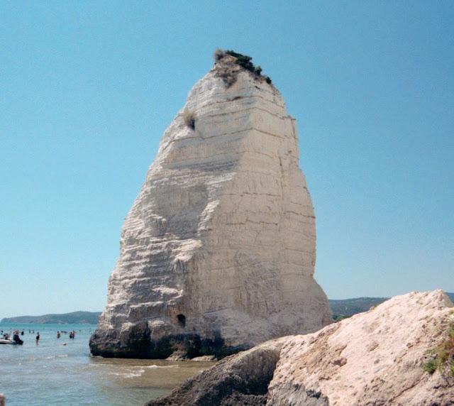 Il grande monolite della spiaggia di Pizzomunno a Vieste