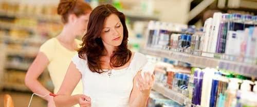 chica comprando cosmeticos