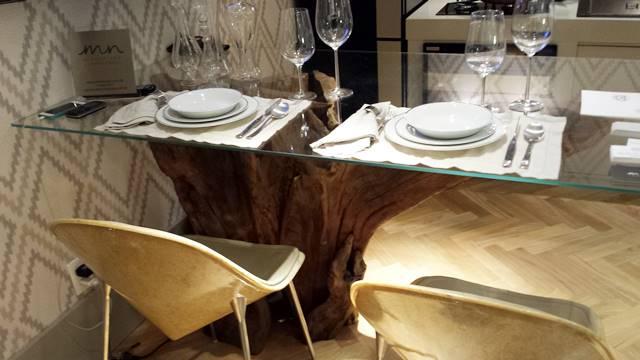 Mesa de tronco de árvore com tampo de vidro