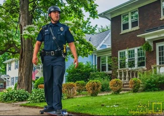 شرطي يقوم بدوريات في الشوارع باسخدام skateboard