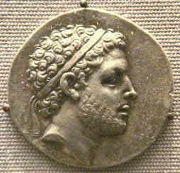 Ο Περσεύς, ο τελευταίος βασιλεύς της Μακεδονίας, επιστρέφει στην Ελλάδα.