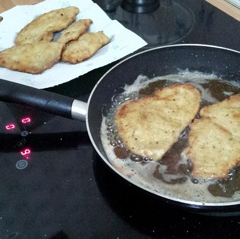 pechugas de pollo rebozadas con queso y toamte