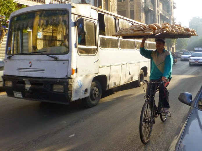 Repartidor de pan en El Cairo.