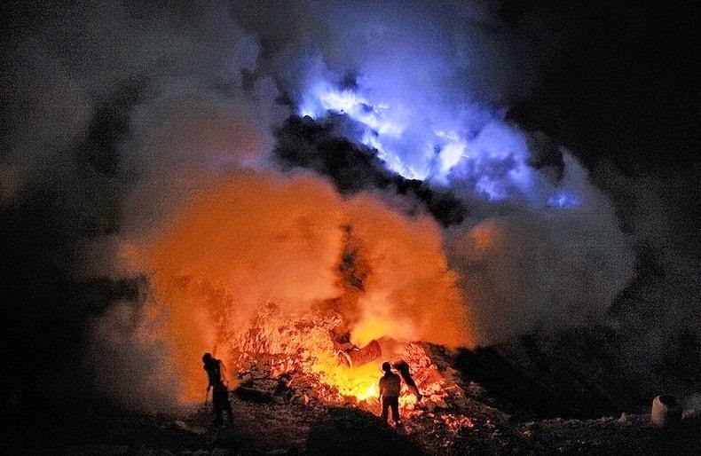 Ijen The Volcano That Spews Blue Flames - Incredible neon blue lava flames erupt volcano