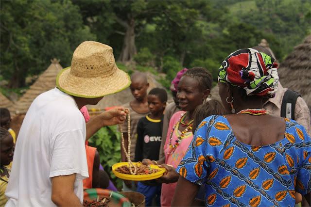 Venta de abalorios en el poblado de Iwol