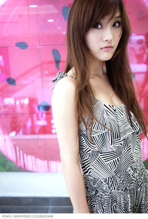 foto hot model china chen jing senang baca