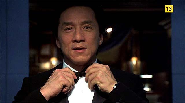 Jackie Chan colocándose la pajarita