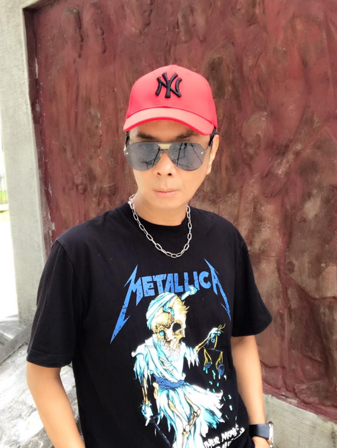 徐瑋完美詮釋【Metallica】重金屬合唱團,2017設計款潮T。