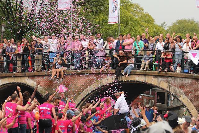 """A cidade de Tilburgo, no sul da Holanda, recebeu nesta segunda-feira diversos visitantes, holandeses e estrangeiros, para comemorar a """"Segunda-feira cor-de-rosa"""" (Foto: Meteorry)"""