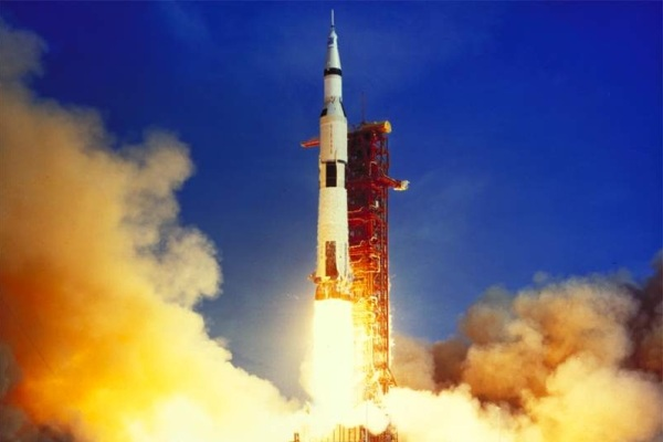 Roket Saturn-V pembawa pesawat Apollo 11