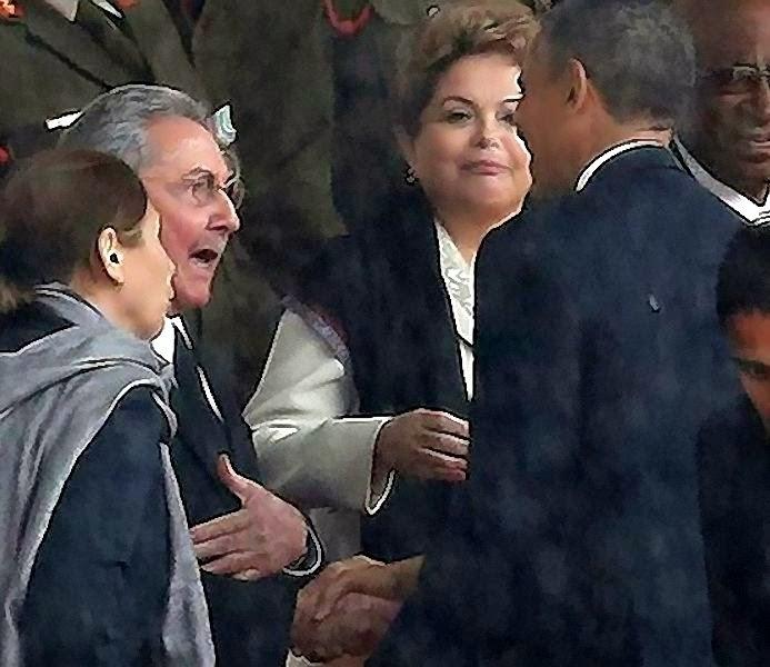 Obama e Raúl Castro no funeral de Mandela