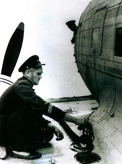 Заправка топливом крыльевого бензобака Ли-2