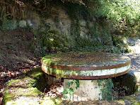 Taula de pedra i la Font de l'Abeurada al seu darrera