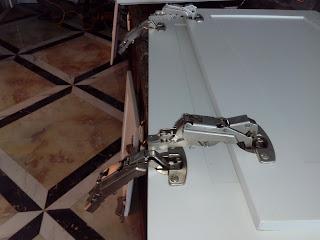 Thay thế phụ kiên tủ bếp, thay ray ngăn kéo tủ, thay bản nề tủ
