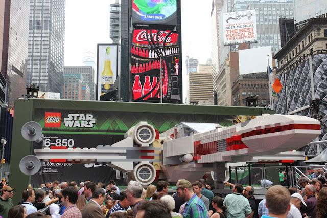 Presentación en Times Square Lego X-Wing escala 1:1
