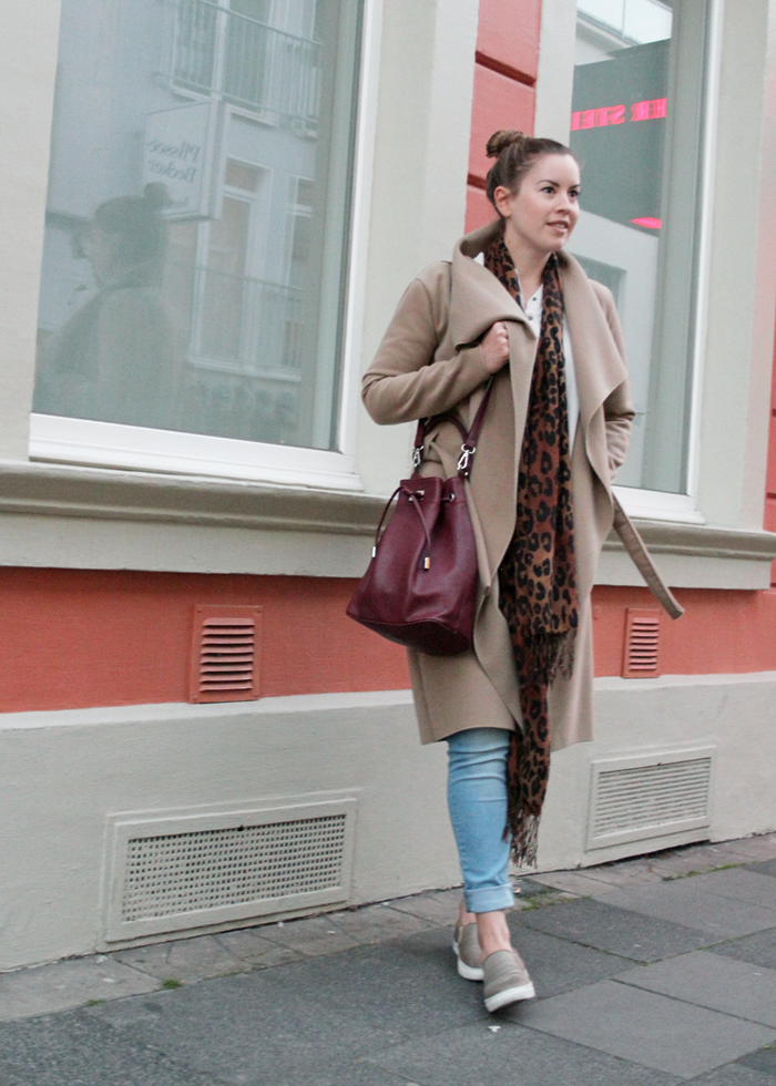 La Mode et Moi, Modeblog, Modeblog Köln, Fashionblog Cologne, beige Longcoat, Herbsttrend, nude Coat, red Bucket Bag, marsala Detail, marsala Outfit, trend outfit autumn