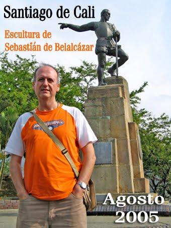 Junto a la escultura del fundador de la ciudad de Cali.