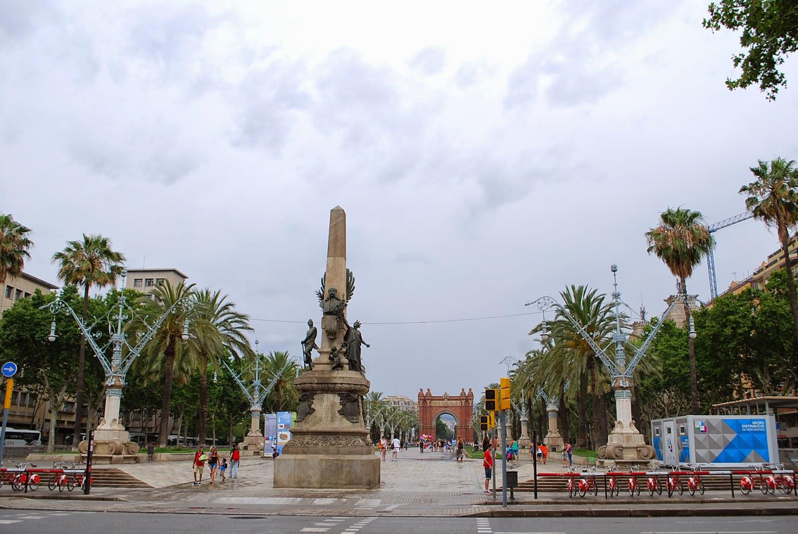 Аллея и триумфальная арка построенная ко Всемирной выставке 1888 г. У парадного входа в Парк Цитадели (Сьютаделья, Ciutadella), Барселона, Каталония, Испания. Parc de la Ciutadella, Barcelona, Catalonia, Spain