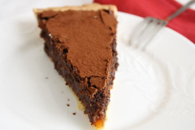 Crostata con crema meringata al cioccolato, caramello salato e nocciole