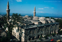 """613 yıllık Tarihi cami """" Ulucami """"   Bursa'da bulunan Ulu Cami namaz kılma alanı bakımından Türkiye tarihinin en büyük camilerindendir. Evliya Çelebi'nin ifadesiyle Bursa'nın Ayasofya'sıdır.   1395-1399 yılları arasında Yıldırım Bayezid tarafından yaptırılan cami, Bursa'daki mimari eserlerin en büyüğüdür. Mimarı Ali Neccar'dır. Cami kapısının üzerinde İvaz Paşa'nın adı bulunmaktadır."""