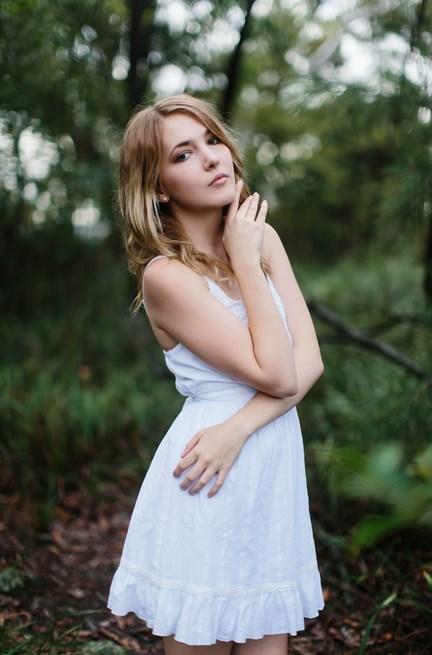 Gaun putih cantik tema foto model Tips dan cara Memotret Model dengan Background Boleh Menggunakan Lensa Standar Bagi Para Pemula
